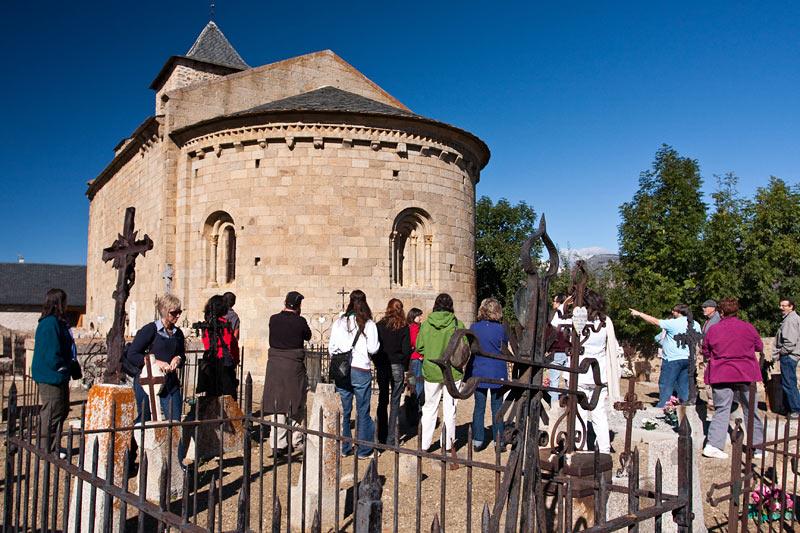 El grup de la visita guiada de diumenge a l'església romànica d'Hix.