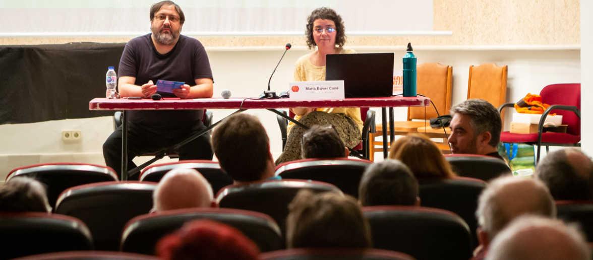 """Conferència """"Espècies exòtiques: invasió subtil i perillosa"""" a càrrec de Maria Bover. Foto: Gael Piguillem."""