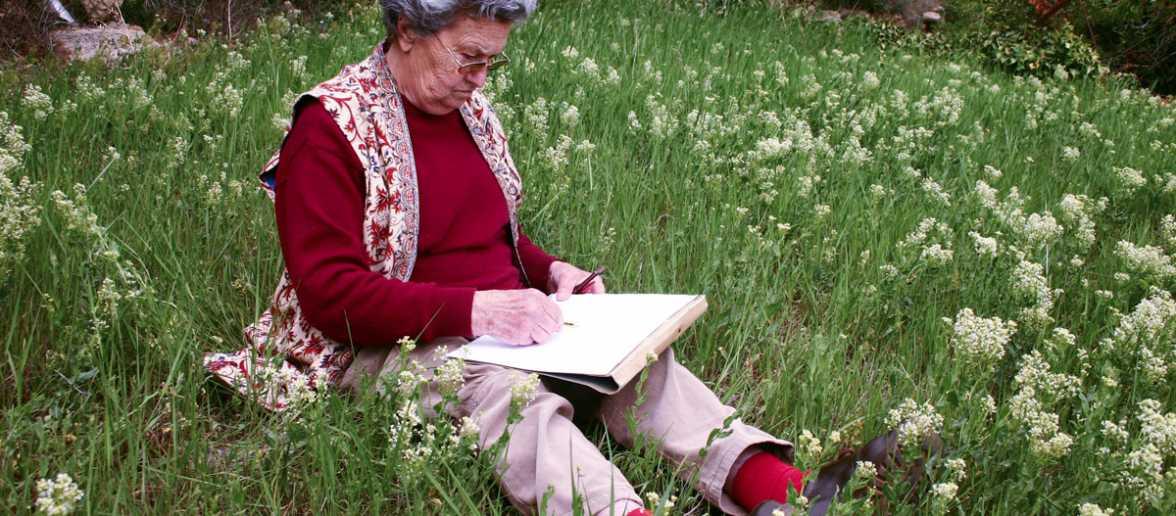 Mia Botey dibuixant flors